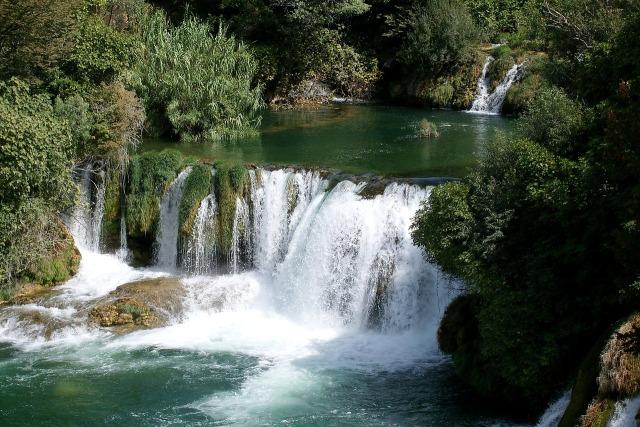 waterfall-2752823_1280.jpg