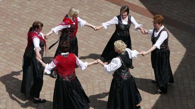 round-dance-2464228_1280.jpg
